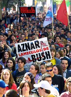 Aznar denunciado por crímenes de guerra.
