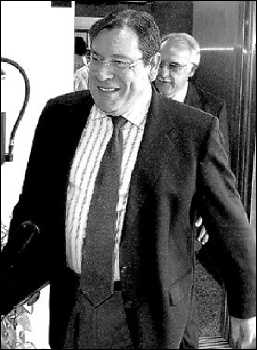 Hernández Mateo  manifiesta: «el señor Dolón es un enfermo obsesivo y un mentiroso compulsivo»
