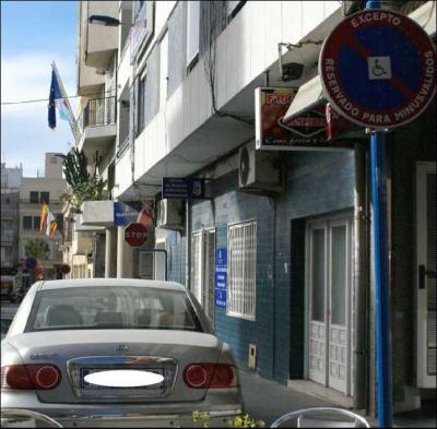 Una asesora del alcalde  usa un aparcamiento de minusválidos de forma indebida y recurrente.
