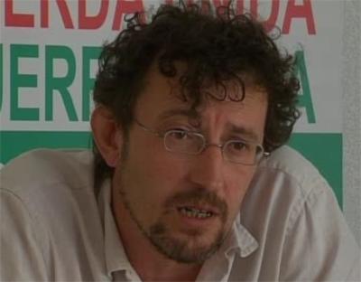 Izquierda Unida entiende que  Hernández Mateo modificando el PGOU para que el propietario legal del viejo cuartel de la Guardia Civil no construyera en él, cometió un abuso de poder.